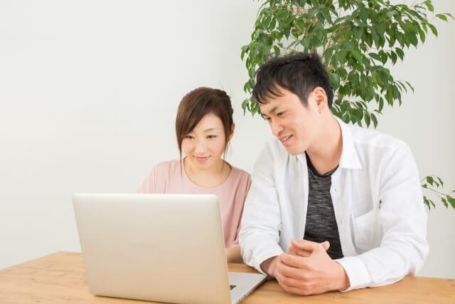パソコンを操作する男女