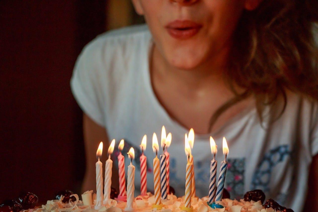 誕生日のお祝いのケーキ