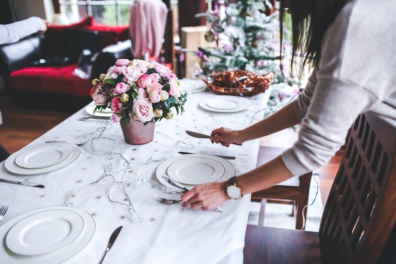 食事会のテーブルの配膳準備