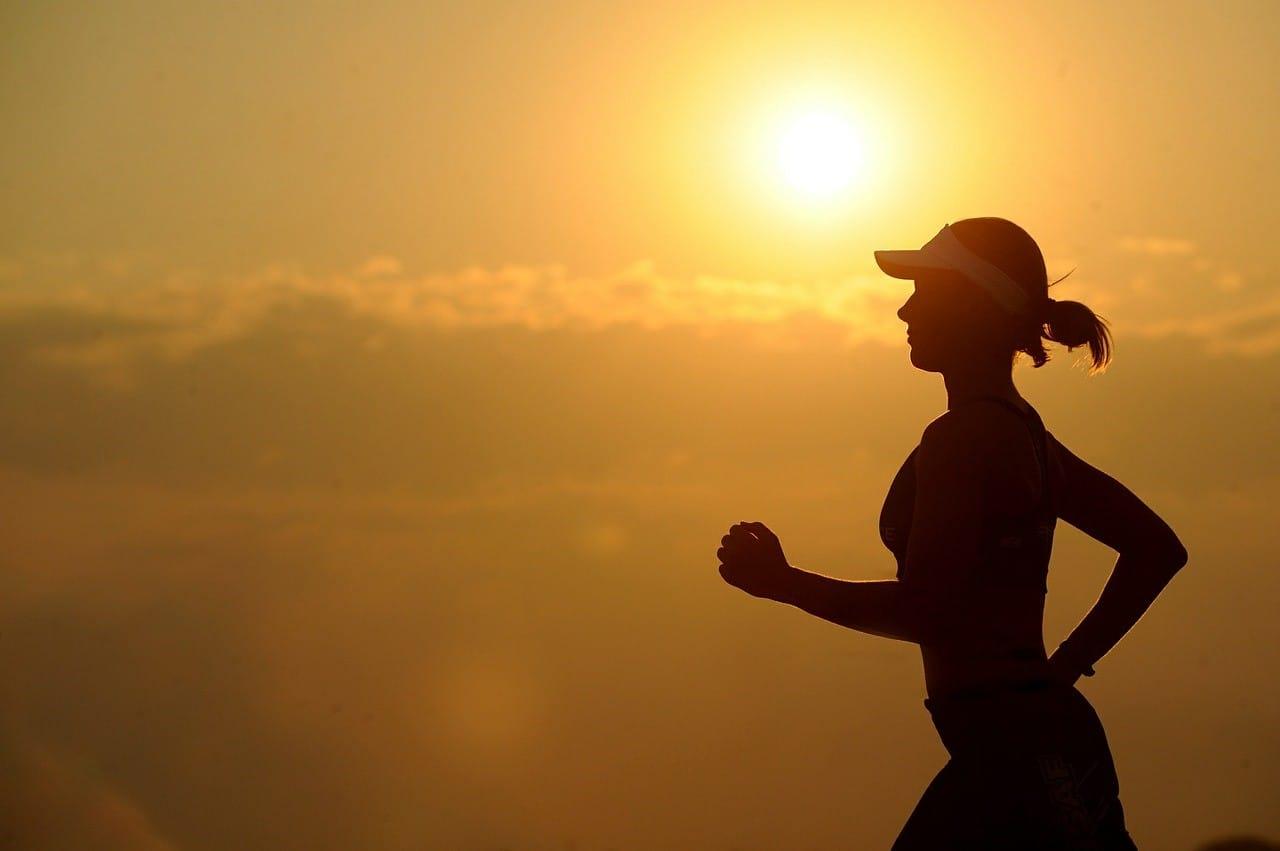 健康的にジョギングしている写真