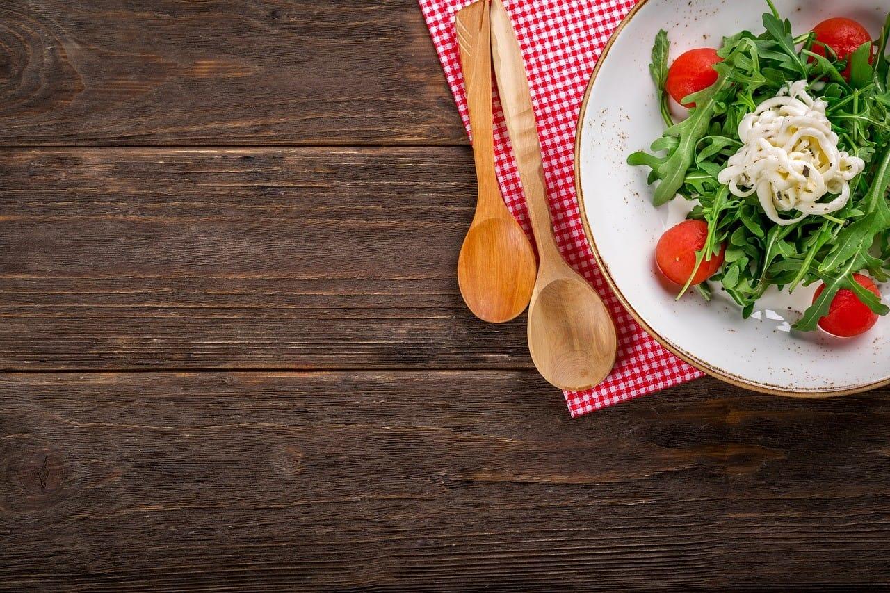 食事とサラダ