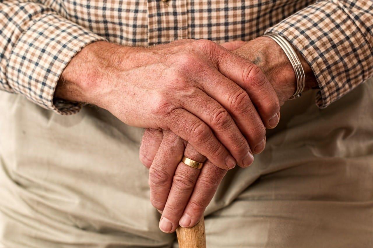 杖を持った老人男性