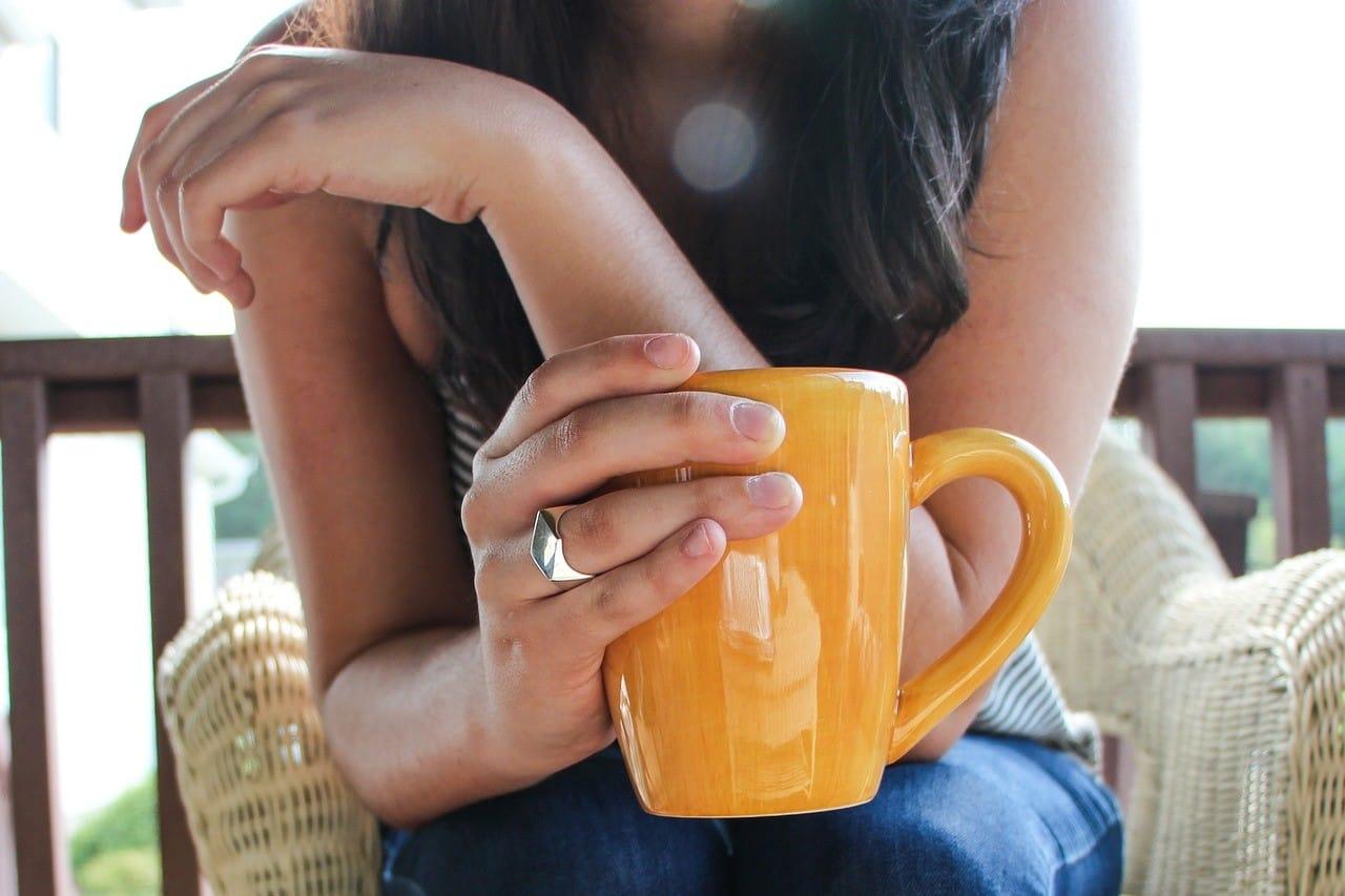黄色いマグカップ