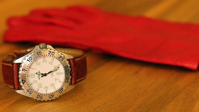赤い手袋と腕時計