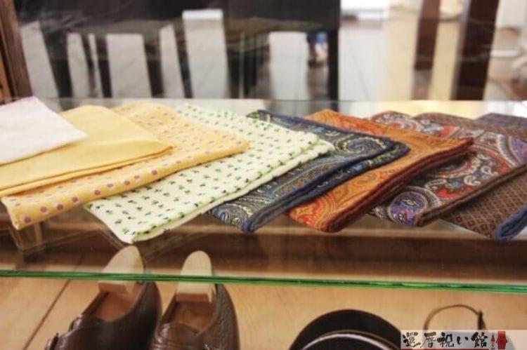 洋服を販売するお店で陳列されている様々な色・デザインのハンカチ