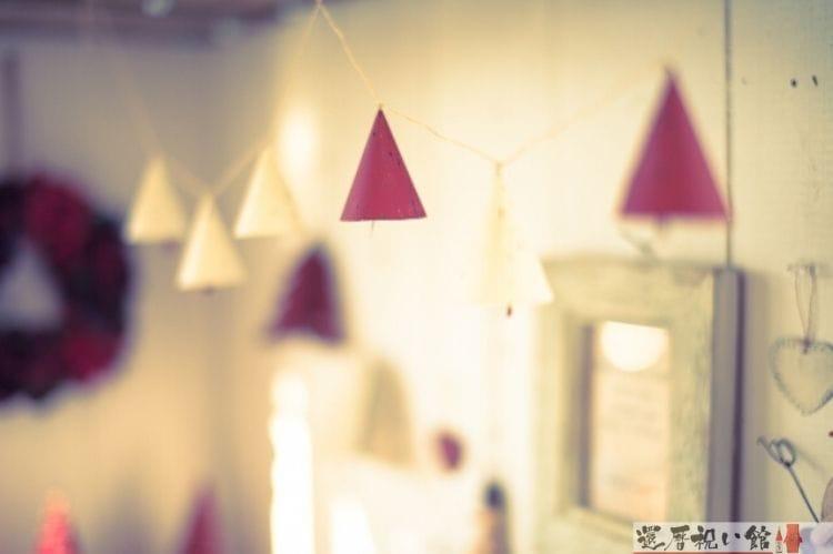 部屋の天井付近に飾られている赤と白のコーン