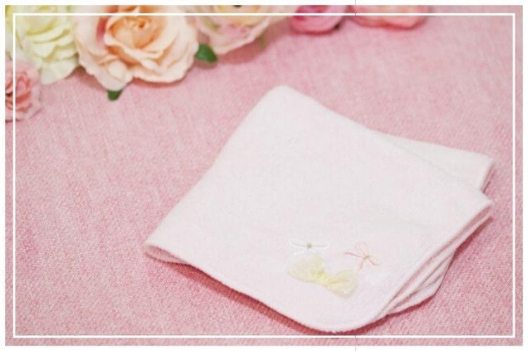 ピンクのハンカチとピンクや白の薔薇