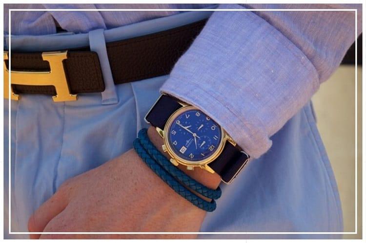 青い文字盤が美しいかっこいい腕時計をつけた男性