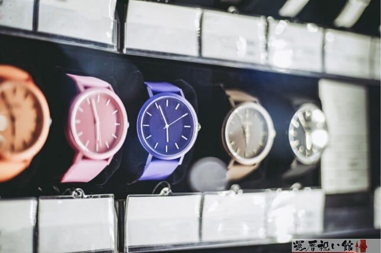 紫やピンク、ブラウンなどカラフルな腕時計がショップに展示されている様子