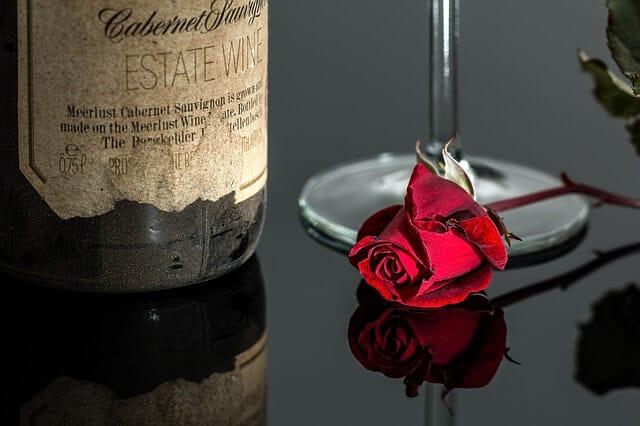 ヴィンテージものの赤ワインとバラ