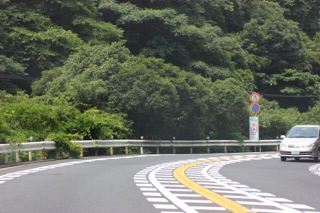 山道はカーブが多い
