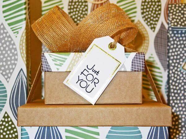 包装紙に包まれたプレゼント用のBOX