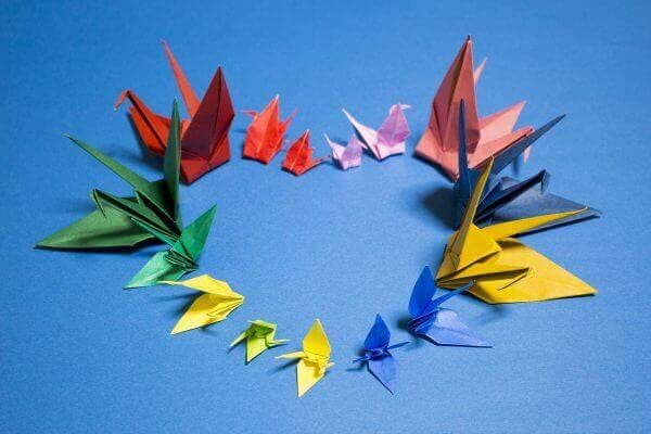 彩の折り鶴でハートの形