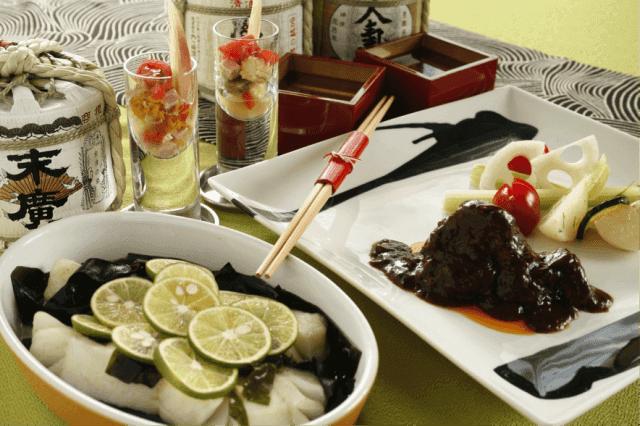 ハレの日の食事会で日本酒と料理