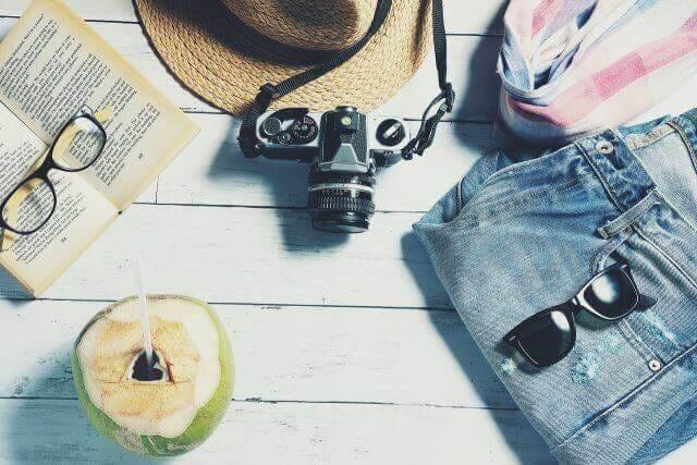 旅に持っていくカメラ、サングラス、帽子など夏の小物類