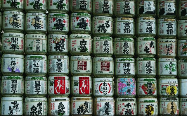 多くの酒銘柄の4斗樽が積まれた風景