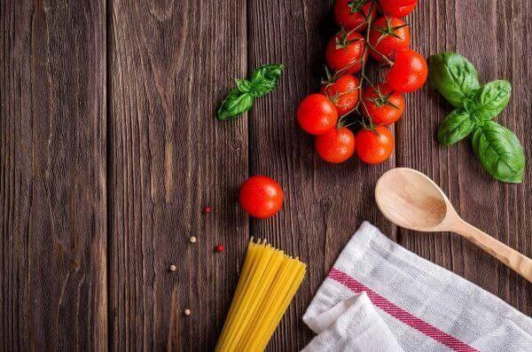 トマトとバジルとパスタの料理を始める前の材料