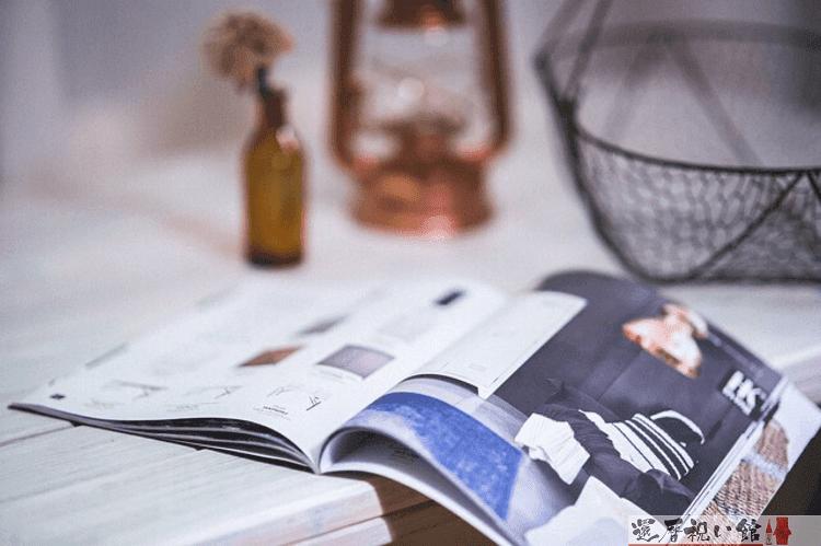 テーブルに開いた状態で置かれた雑誌