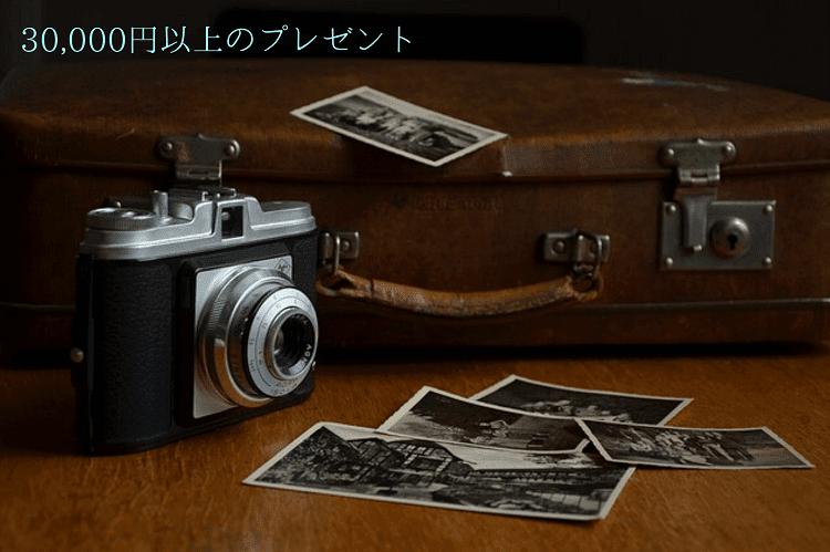 カメラとモノクロの写真と茶色の鞄