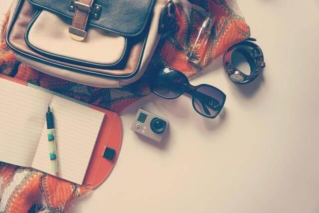 バック、サングラス、時計、カメラ筆記用具など小物