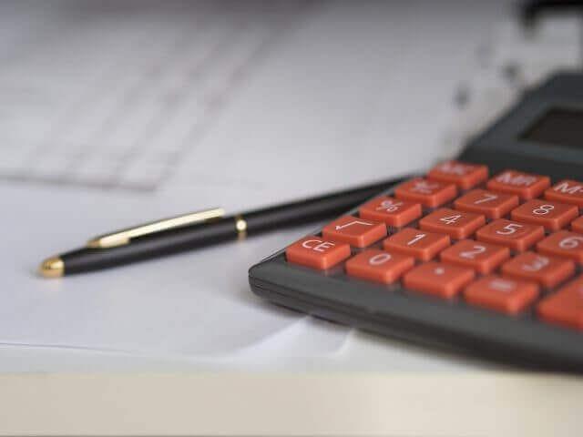 電卓とボールペンのイメージ図