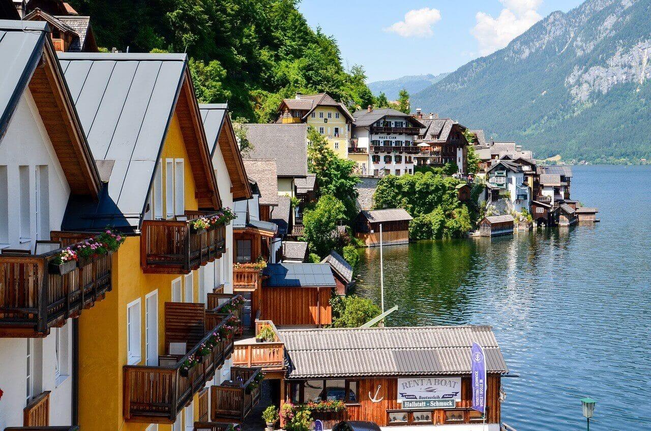 湖の畔の旅館群