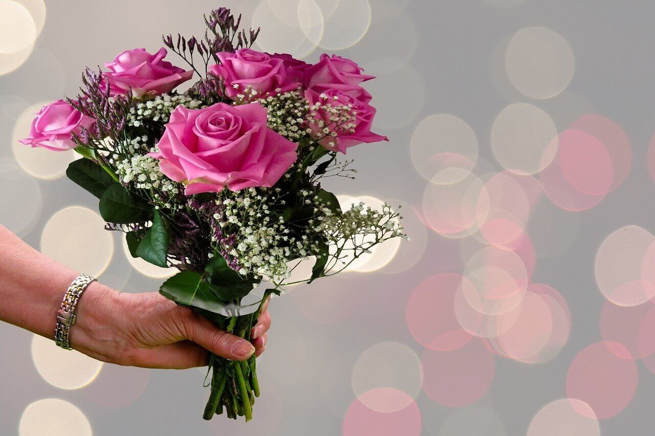 花束でサプライズの演出するイメージ