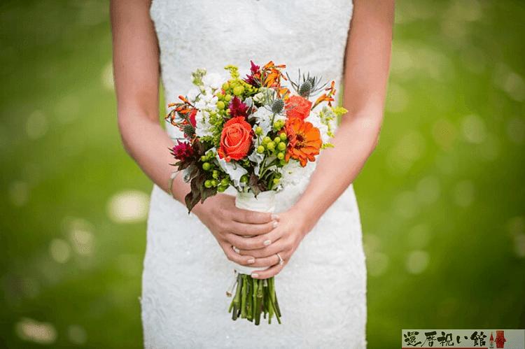 白いドレスを着て花束を持っている女性