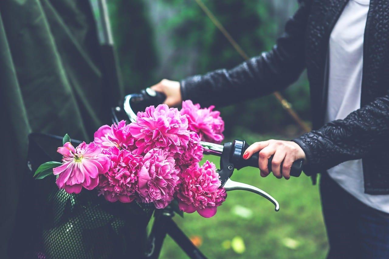 紫色のプレゼント向けの花束