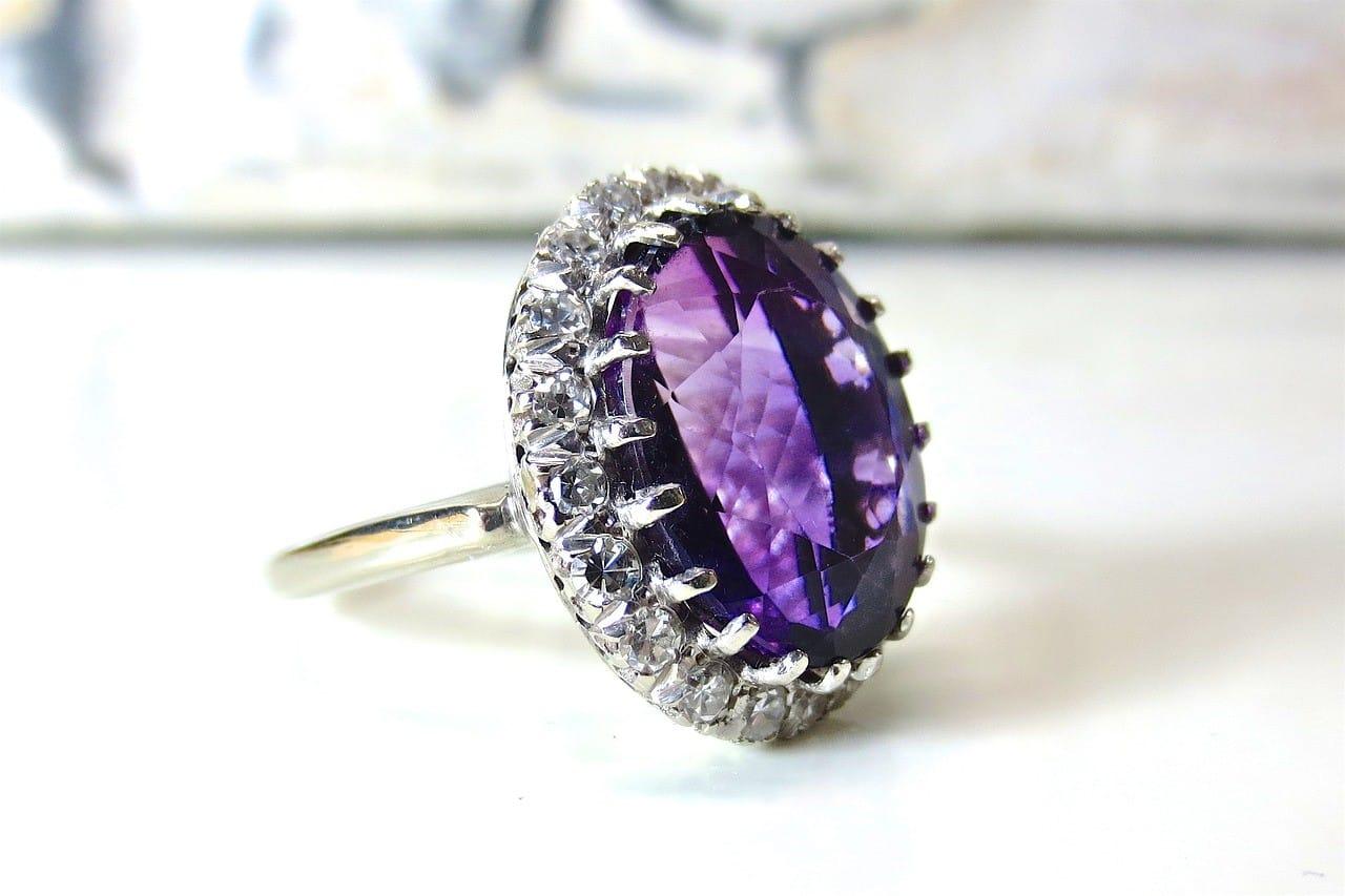 紫に輝く宝石の指輪