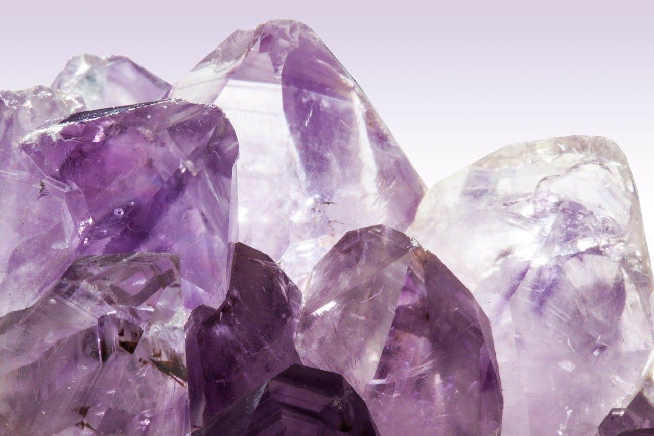 紫色の宝石の原石