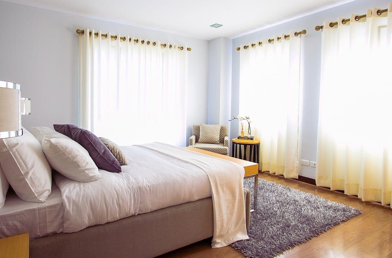 寝室にベッドと寝具