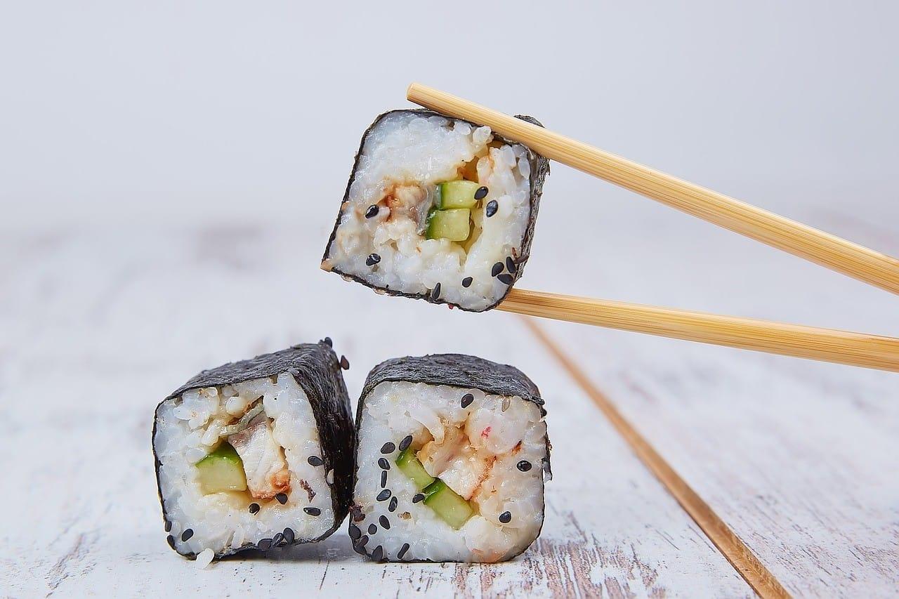 箸で巻き寿司を持つ