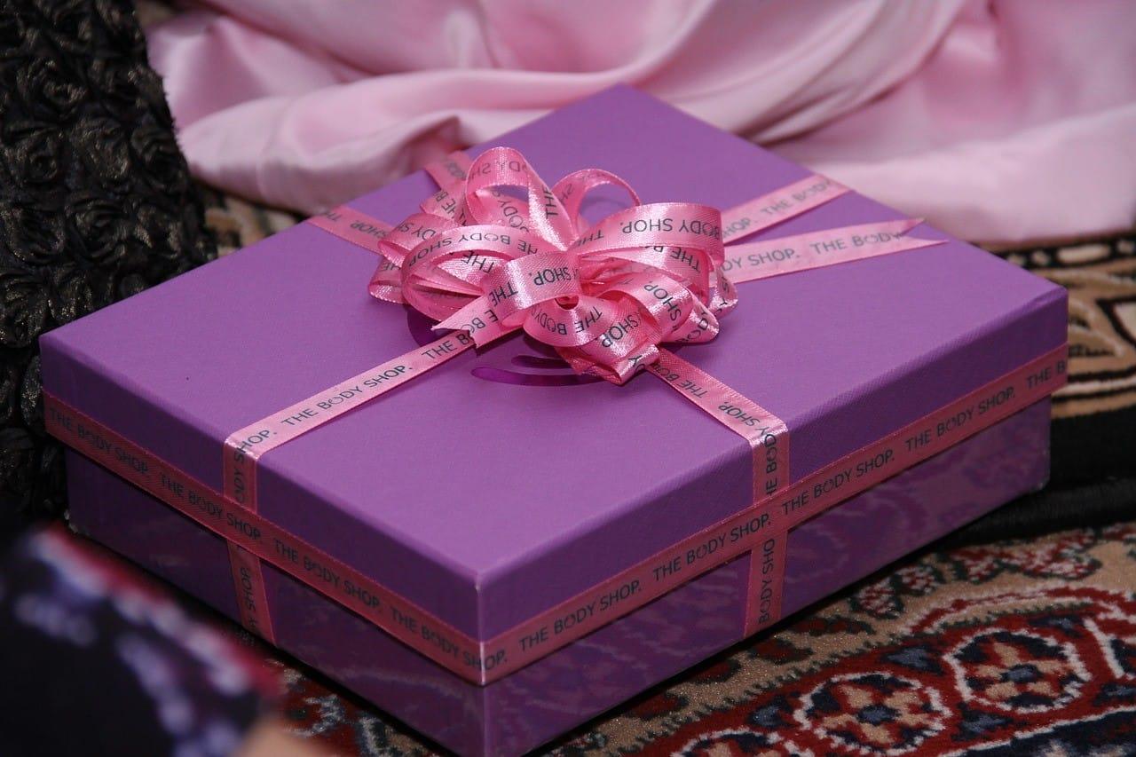 紫色のギフトボックス