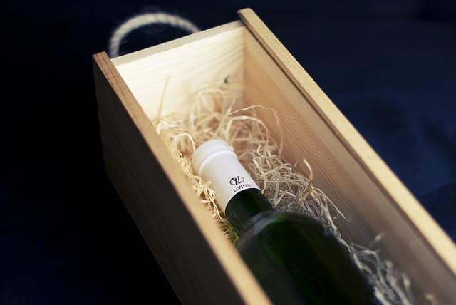 筒に入ったワイン