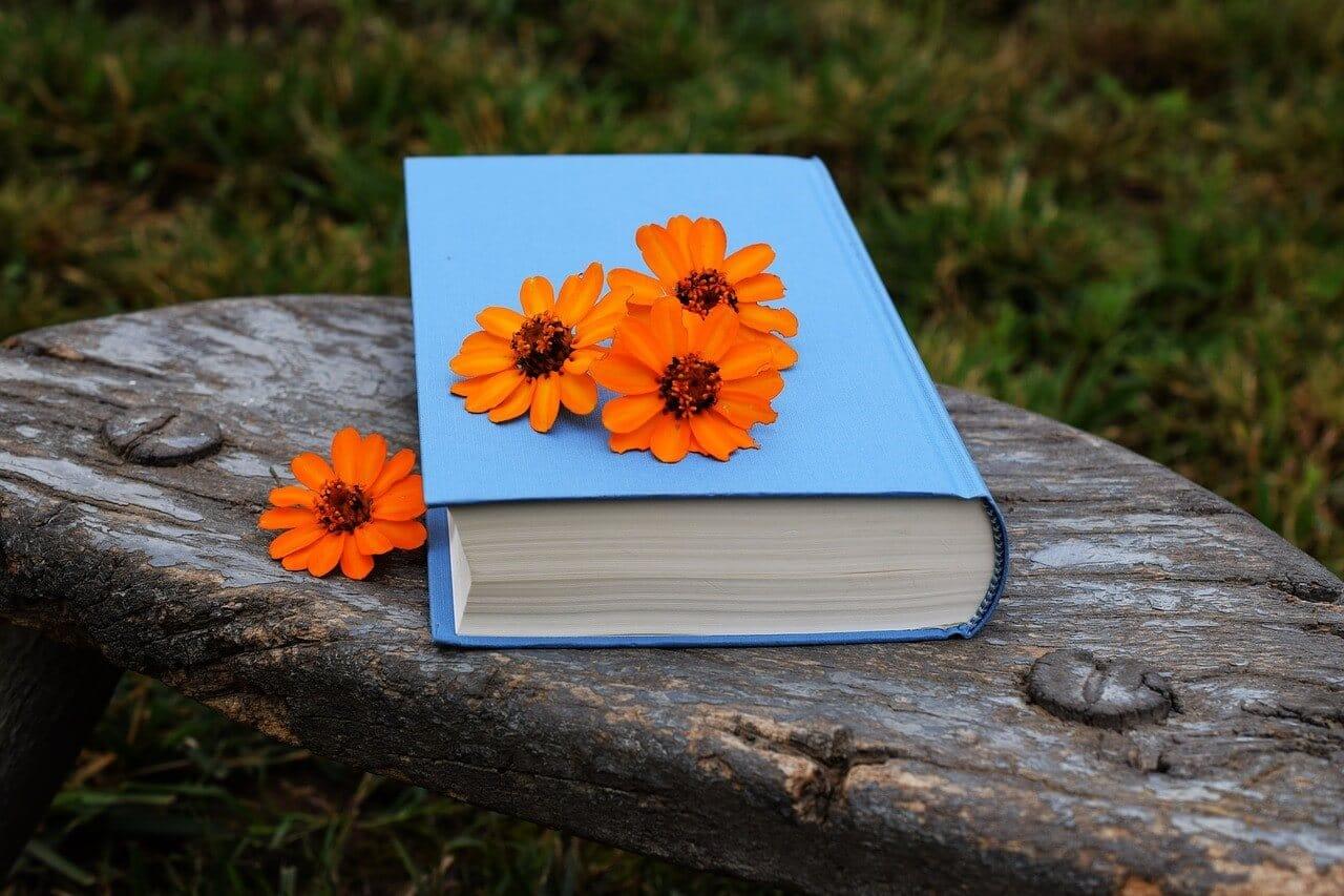 冠婚葬祭の知恵を綴る辞典とお花