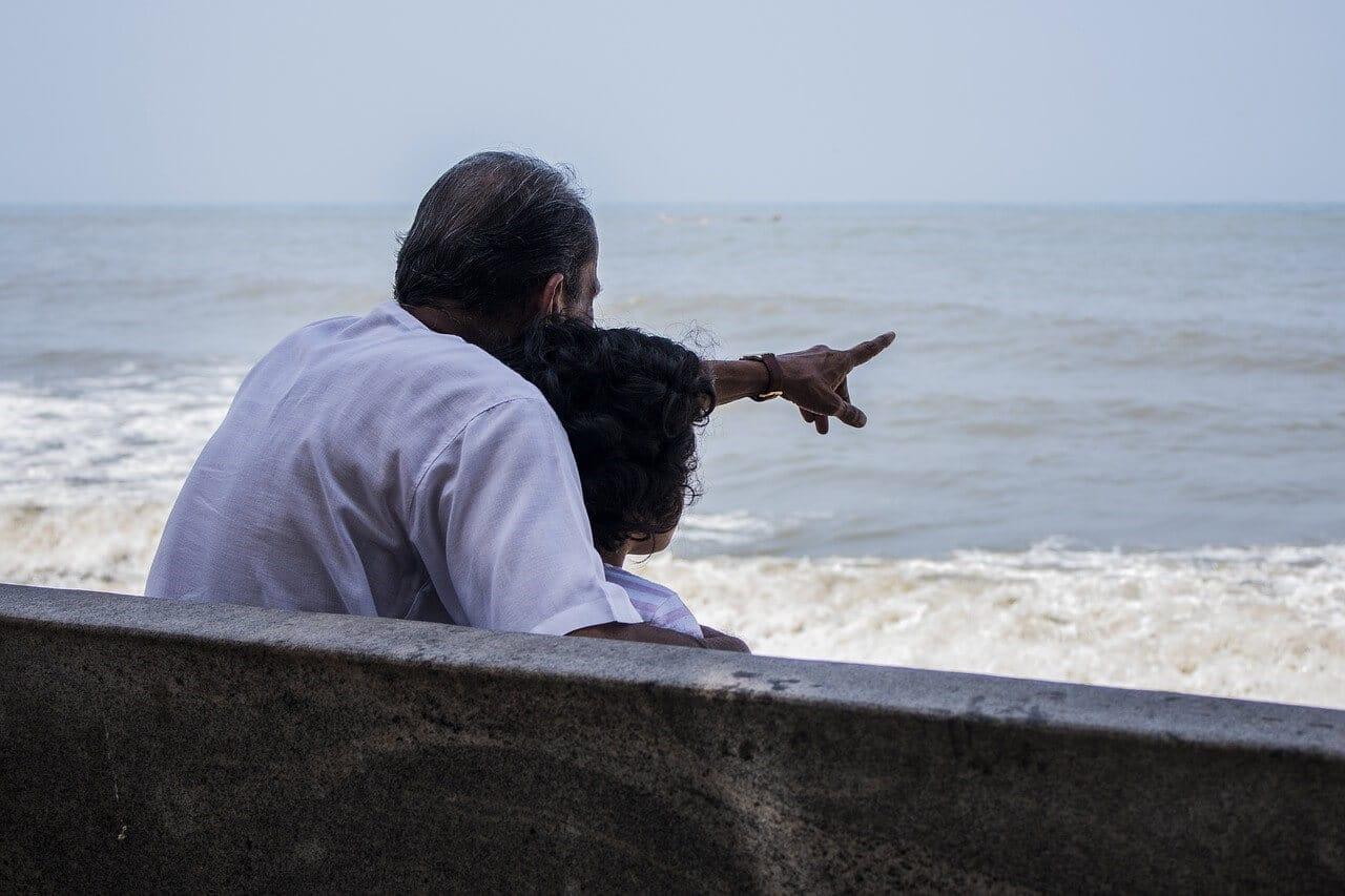 海を眺める70歳夫婦
