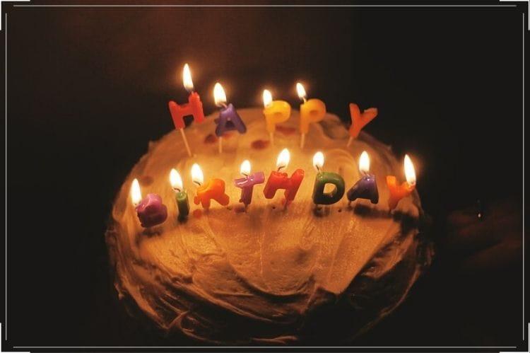 happy birthdayのろうそくが立った誕生日ケーキ