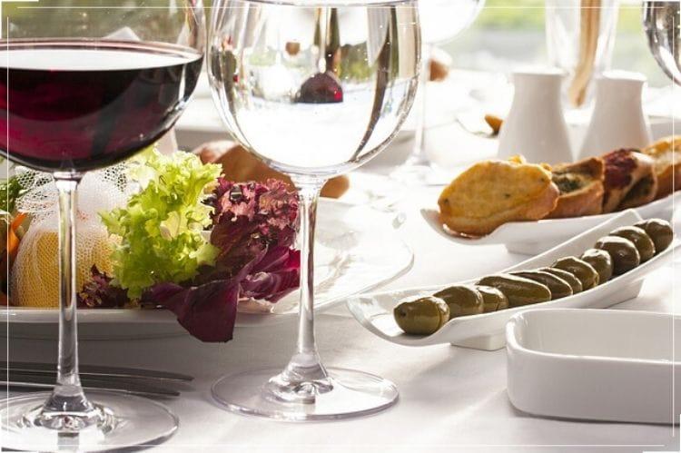 テーブルの上に置かれたパンやサラダ、フルーツ、ワイングラス