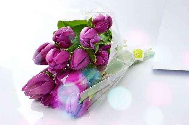 紫色のチューリップの花束
