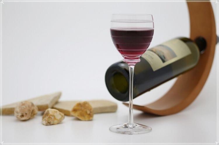 赤ワインの瓶とその赤ワインが入ったグラス