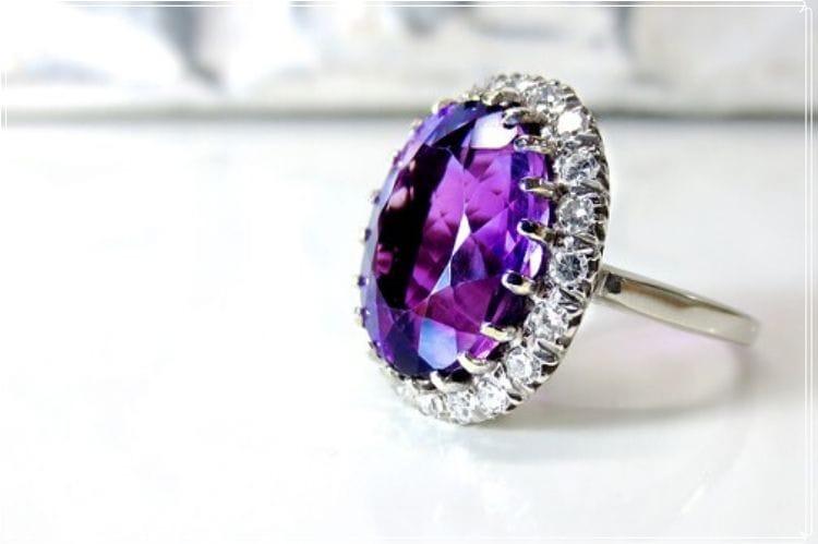 紫色のアメジストの指輪