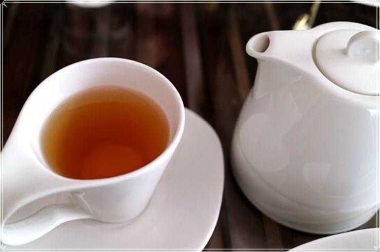 白い紅茶のティーポットとティーカップ