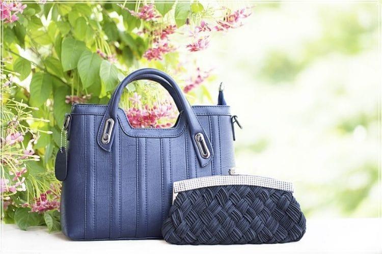 上品な婦人用の青い手提げバッグ2点