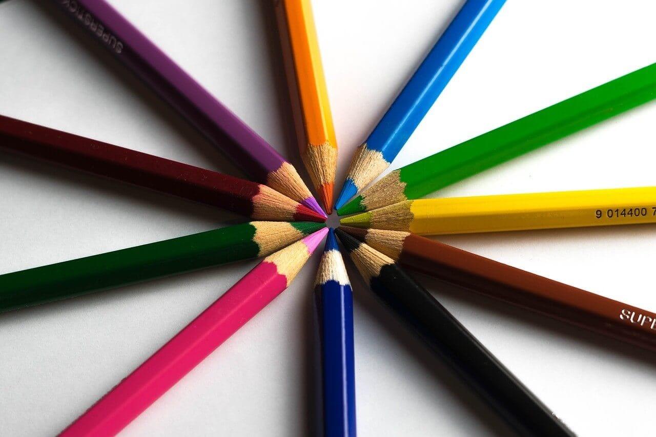 カラフルの色鉛筆でバリエーションをイメージ