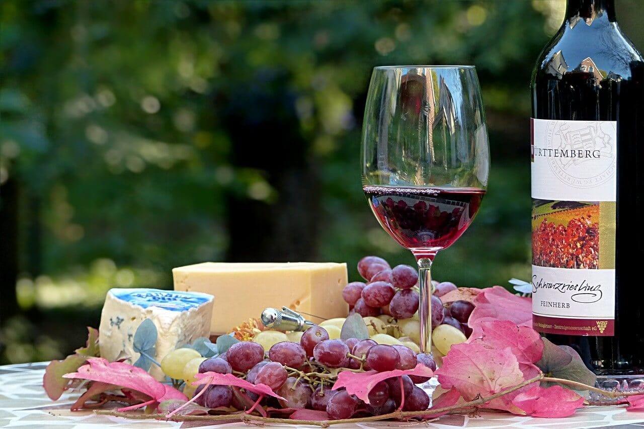 赤ワインとワインの入ったグラス