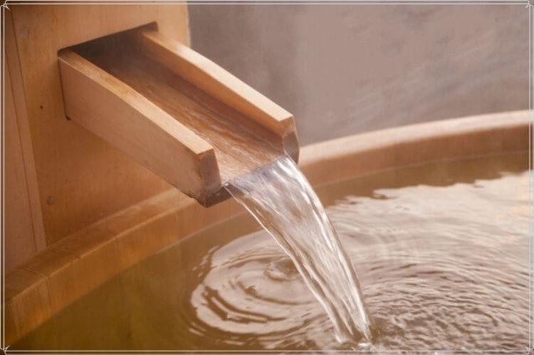 温泉のお湯が沸きだしている箇所のアップ写真