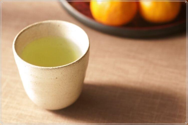 お茶が入った白い陶器の湯呑