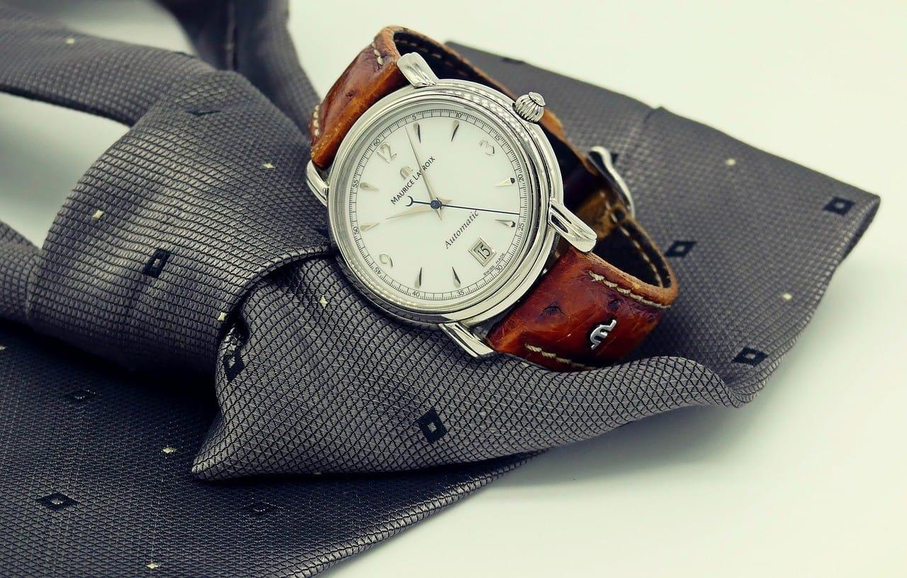 シックな腕時計とグレーのネクタイ