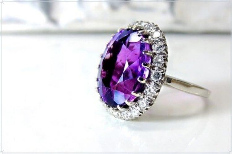 ルビーっぽい紫色の宝石が埋め込まれた指輪